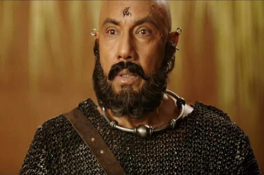 बाहुबली के कटप्पा सत्यराज के नाम से जानेें जाते हैैंं. वे चेन्नई एक्सप्रेस में भी नजर आ चुके हैं. (फोटो :cinebilla.com)
