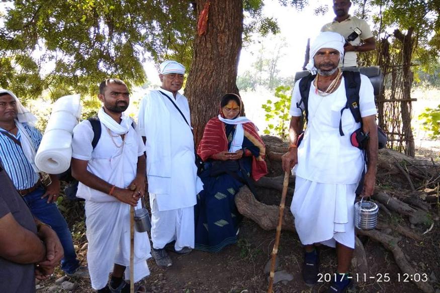 दिग्विजय सिंह नियमित रूप से हिंदू कर्मकांडों का पालन करते हैं. जगद्गुरु स्वामी स्वरूपानंद के परम शिष्यों में से एक हैं. वे स्नान, ध्यान व पूजा पाठ किये बगैर नाश्ता तक नहीं करते. (फोटो : दिग्विजह सिंह के फेसबुक पेज से साभार)