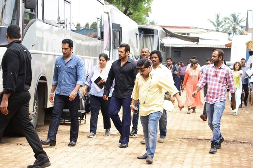 सलमान खान ने अब नई फिल्म 'रेस 3' की शूटिंग शुरू कर दी है. (फोटो: सलमान खान के फेसबुक पेज से साभार).