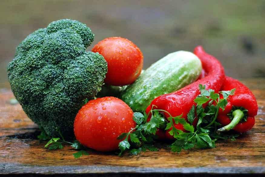 कच्चे फल औरसब्जियां भोजन को पचाने में सहायक होते हैं. कच्ची सब्जियां फलों का कोई और विकल्प भी नहीं है. (फोटो : pixabay.com).